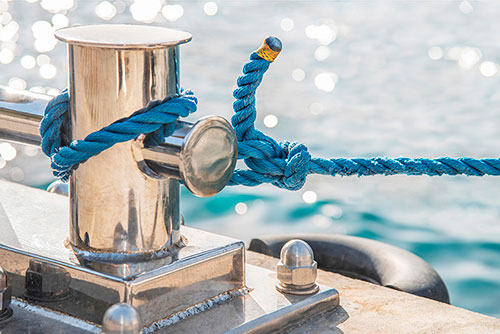 Nettoyage des éléments en inox d'un bateau